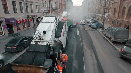 asfalto : RUSSIA ST.PETERBURG- 22 APRIL: aerial view of road workers laid asphalt in the historic center of a European city Vídeos