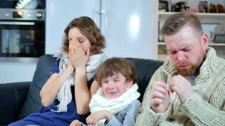 грипп : a family of father, mother and the boy got sick, sneezing without end