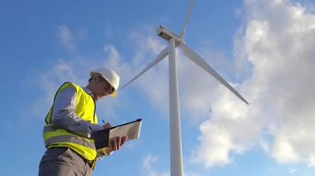 tényleges : Employee of wind power makes notes during the inspection of the mill