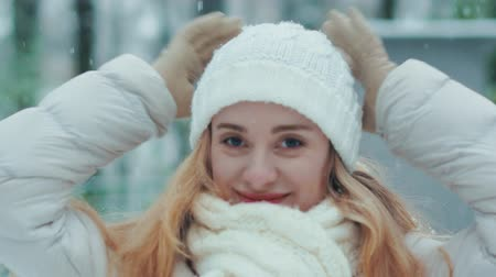 při pohledu na fotoaparát : Beautiful young woman smiling and looking at camera on a winter day. Dostupné videozáznamy