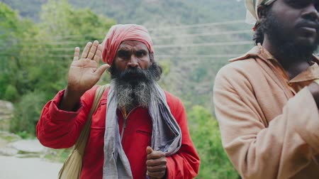 turban : Two serious wanderers with turbans looking to the camera