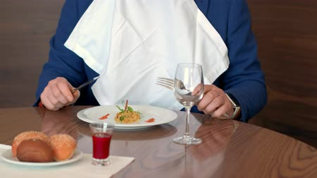 régiók : Restaurant critic taking white napkin and tasting disgusting dish in restaurant Stock mozgókép
