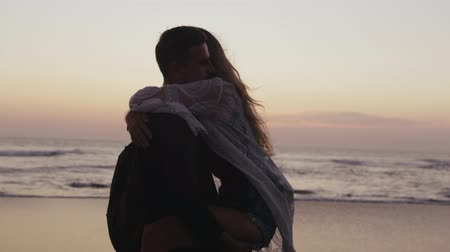 parte : Young beautiful couple hugging on the beach Stock Footage