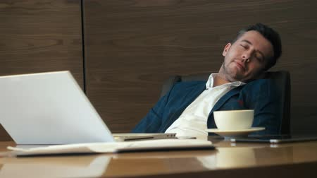 kapalı : Business man leaning back on chair and relaxing with closed eyes in office