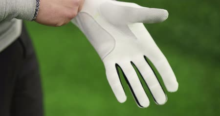 golfové hřiště : Close up of golfer putting on sports glove Dostupné videozáznamy