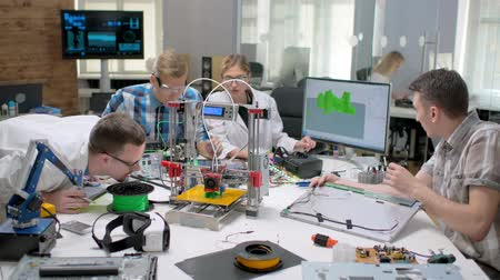 mühendislik : Group of students doing science project