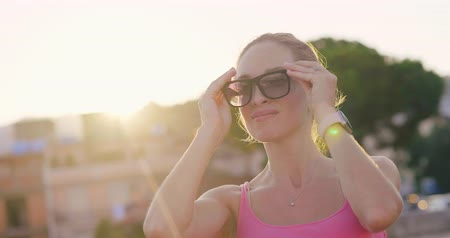 Сицилия : Young woman puts on sunglasses before walking