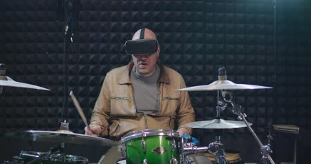 perkusja : Portrait of musician wearing vr helmet and playing drums Wideo