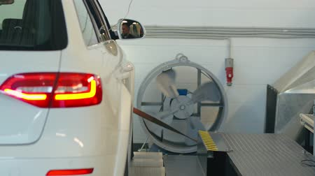 garagem : Car standing in auto service for measuring power. Computer diagnostics