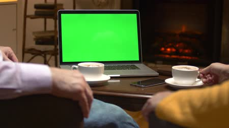 объяснять : Greenscreen mockup laptop computer on table.
