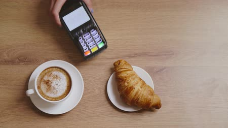 fincan tabağı : Cappuccino and croissant purchase and credit card payment