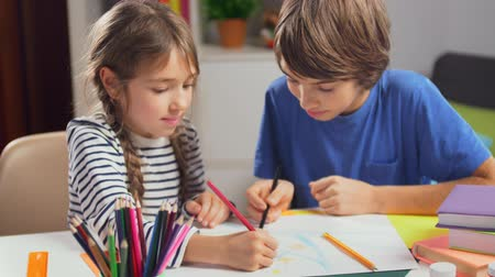 klasa : Two caucasian children drawing picture together