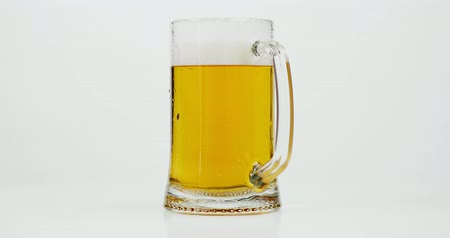 tek bir nesne : Full glass beer mug isolated on white background