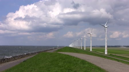 holandês : Windturbines on the dyke in the Netherlands Stock Footage