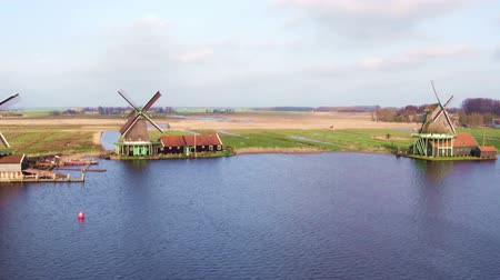 amsterodam : Traditional windmills at Zaanse Schans in the Netherlands