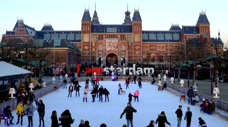 építészeti : Ice skating at the ice rink at Rijksmuseum in the Netherlands Stock mozgókép