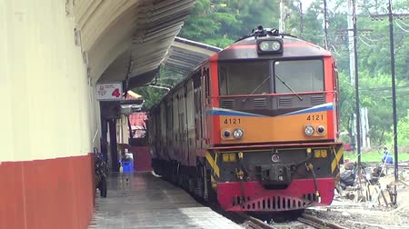 lokomotif : CHIANGMAI , THAILAND - JULY 30 2014: Alsthom Diesel locomotive and train no.52 from chiangmai to bangkok. Footage at Chiangmai railway station. Stok Video