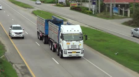 ciężarówka : CHIANGMAI, THAILAND -OCTOBER 6 2014: Truck of Tong Phatthana Transport company. Footage at road no.11 about 5 km from downtown Chiangmai, thailand.