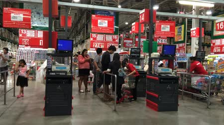 супермаркет : CHIANGMAI , THAILAND - AUGUST 20 2007:  Cashier  Counter of Makro supermarket. Footage of Makro in Chiangmai, Thailand.
