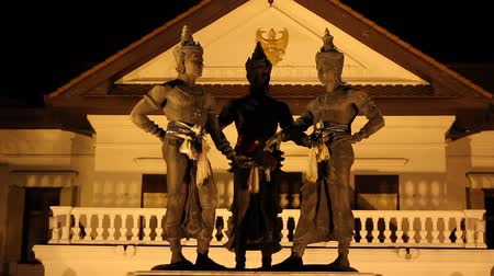 heykel : Three Kings Monument in the center of Chiang Mai, Thailand. The sculpture of the three kings is a symbol of Chiang Mai. Stok Video