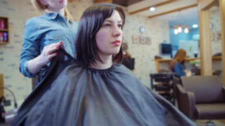 kuaför : Woman getting new haircut by hairdresser at parlor