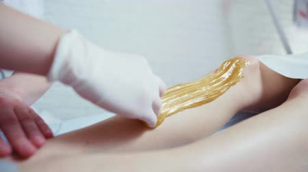 waxen : Schoonheidsspecialist wassen womans been in beauty spa