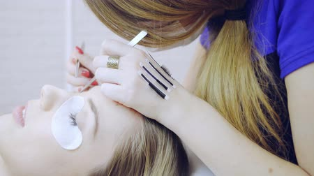 kiterjesztés : Eyelash extension procedure in beauty salon