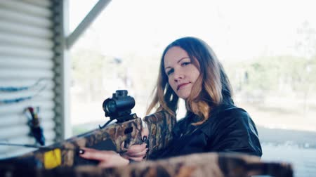 atirador : Pretty girl shoots a crossbow