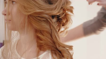 negligee : Stylist makes blonde bride hairstyle Stock Footage