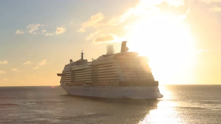 yelkencilik : cruise ship sailing the ocean as the sun sets Stok Video