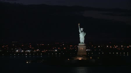 статуя : beautiful sight of the statue of liberty at night