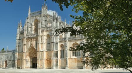 dominik : The Monastery of Batalha, is a Dominican convent in the civil parish of Batalha, in the district of Leiria, in central region of Portugal. 4k video resolution (3840x2160). Stok Video