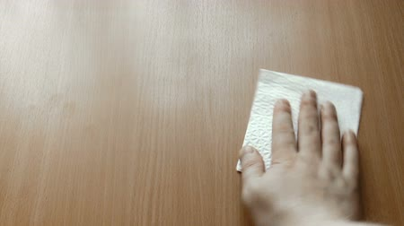 rozlití : The video shows wipe the surface with tissue