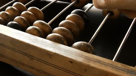 aritmetický : Video shows old wooden abacus. Man is making a calculation Dostupné videozáznamy