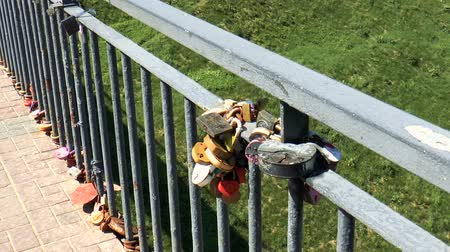 örökkévalóság : Metal multi-colored locks of newlyweds on the railing. Wedding symbol Stock mozgókép