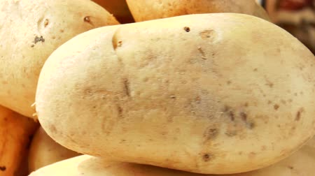 čištěný : Video shows pile of potatoes rotating close-up