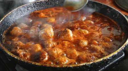 almôndega : Fresh made Meatballs with tomato sauce. Cooking meatballs Vídeos
