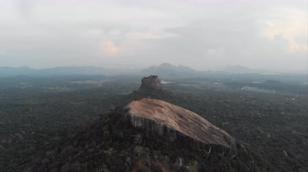 médio : Cinematic aerial over pidurangala and sigiriya rock at sunset, two of the most famous places of Sri Lanka. Shot in 4k. Stock Footage
