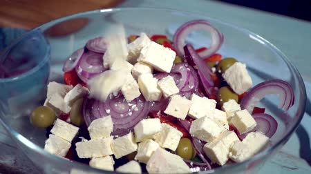 pepino : fresh white greek feta cheese falling down into the Greek Salad, HD Vídeos