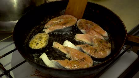 seafood dishes : 4k, Pieces of freshwater fish in a cast-iron skillet. Fried fish steaks in pan. Close up, cooking concept