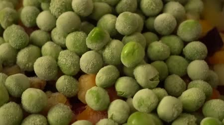 シチュー : 4k, Close-up of Delicious Peas and Courgette for a colorful vegetarian stir fry meal. Frying pan on a hot plate, cooking concept