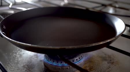 kookplaat : Heating up the frying pan on the stove. 4K.Food Preparation on the Gas Stove Ignition. Cooking process on the stove in a home kitchen. Home atmosphere.