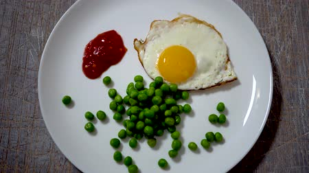 omlet : Top view of fried eggs eating with fork and knife. Traditional breakfast eggs eating. Morning breakfast service Stok Video