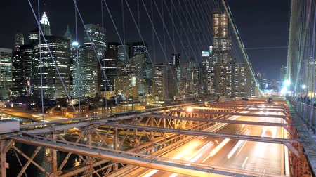 уличный свет : A time lapse of Manhattan, overlooking Brooklyn Bridge at night. Time Lapse.