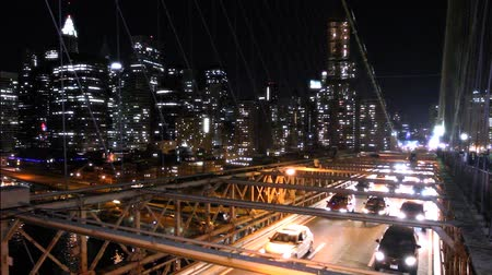 pomost : Overlooking the traffic on Brooklyn Bridge at night, Manhattan in the background Wideo