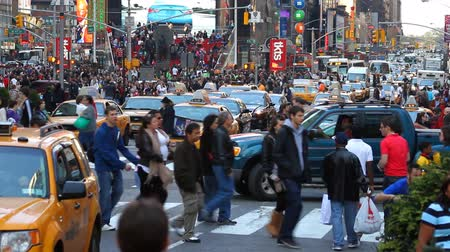 gyalogos : City traffic and pedestrians, shot in Times Square, New York City
