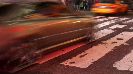 quadrado : Time lapse of people and traffic crossing an intersection in Times Square, New York at night