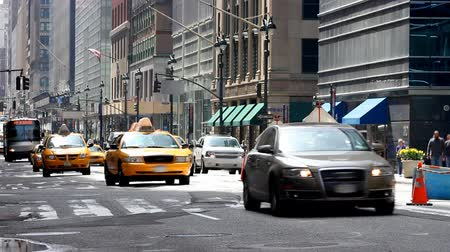 Taxis and other vehicles driving down a typical city street in New York Dostupné videozáznamy