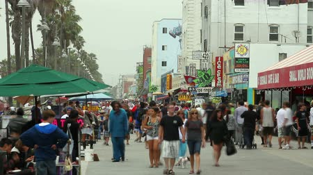 zsúfolt : Time lapse, looking down the Venice Boardwalk at Venice Beach Stock mozgókép