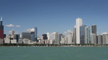 moderno : Panning across the Chicago skyline from a moving boat in Lake Michigan on a clear day